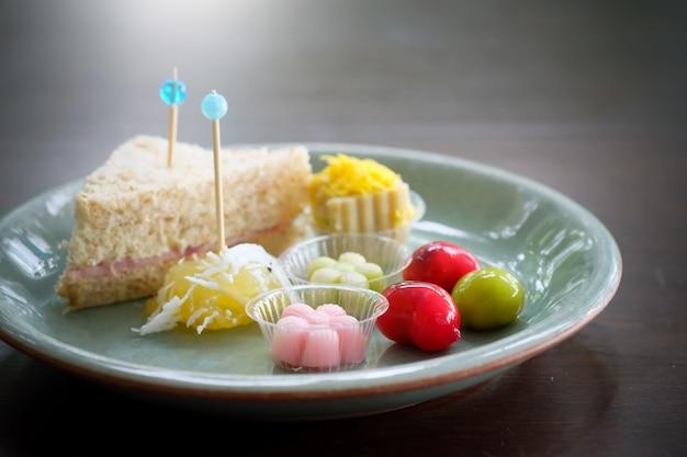 Dessert thaïlandais et sandwich sur plaque sur une table en bois