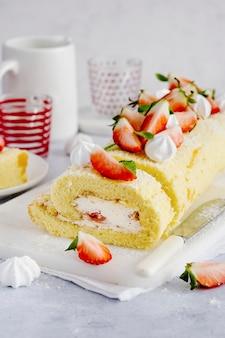 Dessert et thé à la fraise swiss roll food photography
