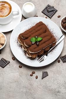 Dessert tiramisu classique sur une assiette en céramique