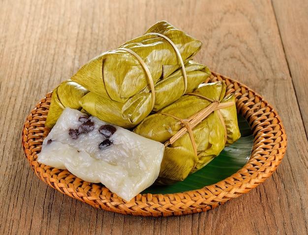 Dessert traditionnel thaïlandais avec riz gluant cuit à la vapeur à la banane