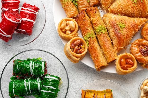 Dessert turc de baklava avec du miel se bouchent