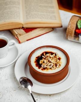 Dessert turc firin sutlac avec une tasse de café