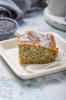 Dessert turc revani aux graines de pavot. douceur traditionnelle.