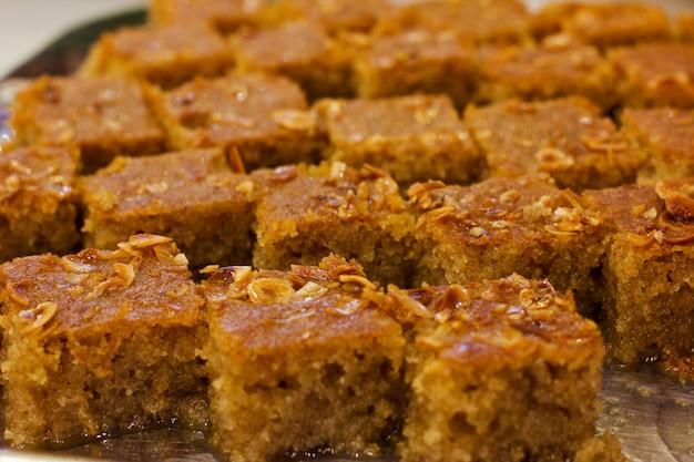 Dessert turc traditionnel revani au sirop de sucre sucré avec noix