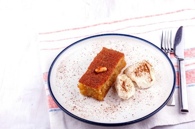 Dessert turc traditionnel - sambali, sambaba ou damas à la crème et à la cannelle en poudre