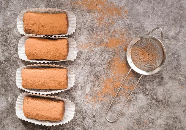 Dessert vue de dessus avec de la poudre de cacao