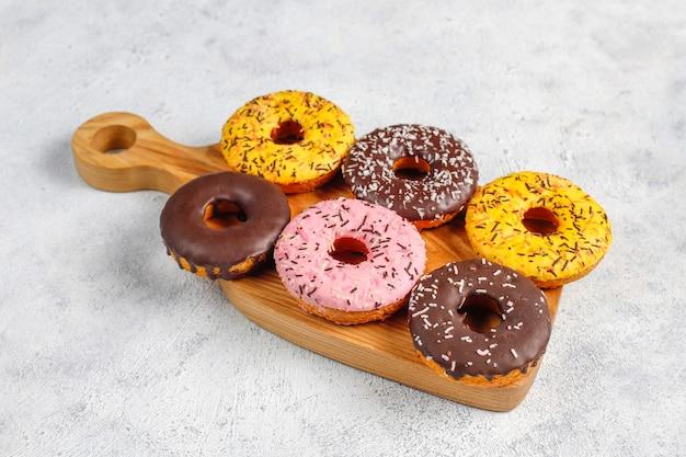 Desserts assortis au chocolat givré, glacé rose et pépites.