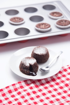 Desserts au chocolat hors des formes sur une plaque