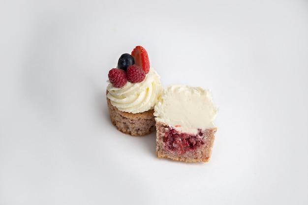 Desserts avec des baies fraîches sur une plaque blanche