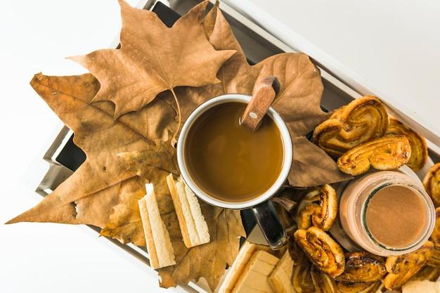 Desserts et boissons sur feuilles dans la boîte