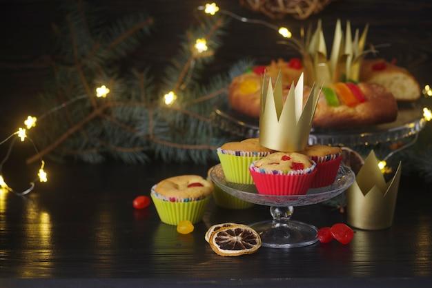 Desserts du jour de l'épiphanie avec couronnes et lumières