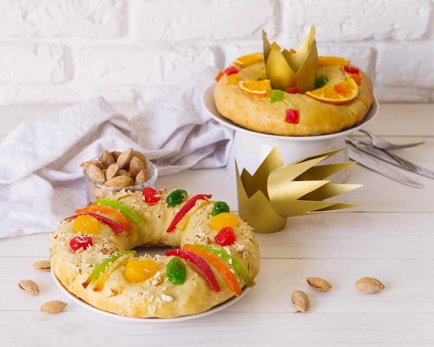 Desserts du jour de l'épiphanie avec couronnes en papier et amandes