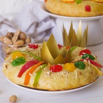 Desserts du jour de l'épiphanie avec des couronnes en papier
