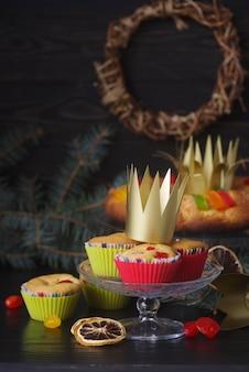 Desserts du jour de l'épiphanie avec couronnes