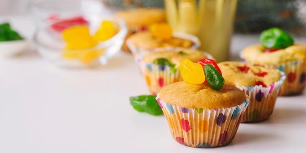 Desserts du jour de l'épiphanie sur la table avec copie espace