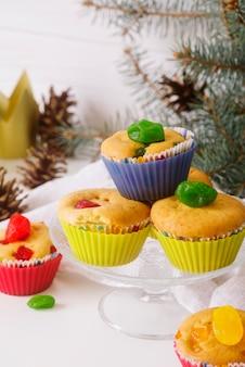 Desserts du jour de l'épiphanie sur la table avec couronne