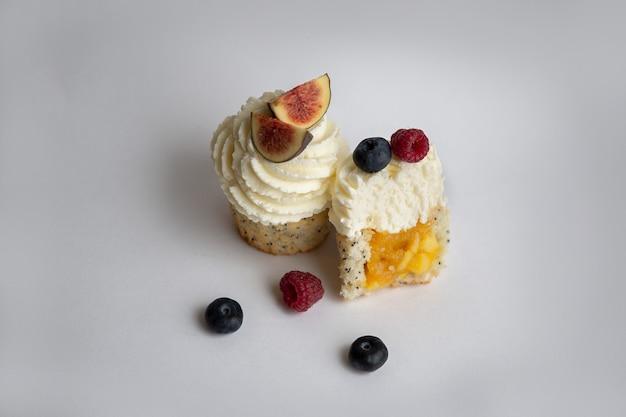 Desserts faits maison avec de la crème et des baies