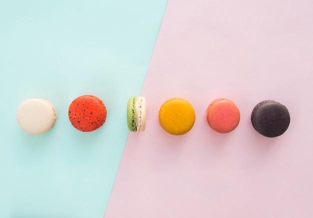 Desserts sur fond coloré avec espace copie