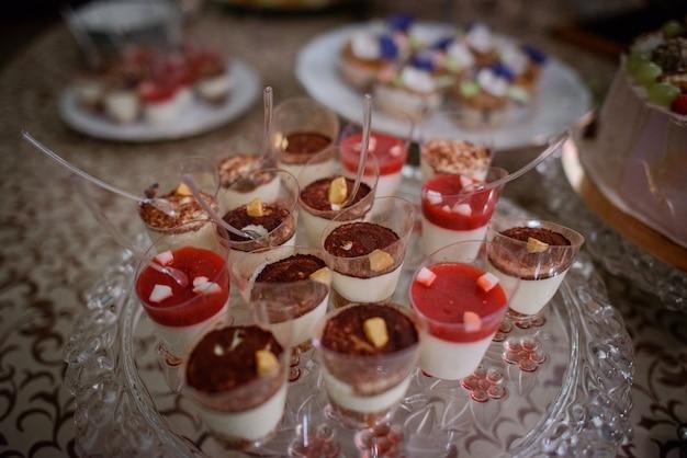 Desserts froids aux fruits et au chocolat servis sur un plat en verre