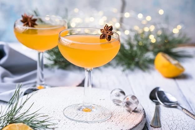 Desserts à la gelée de mandarine ou d'orange sur une table en bois blanche.
