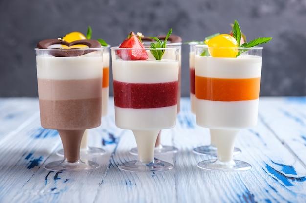 Desserts à la mousse dans des verres à vin