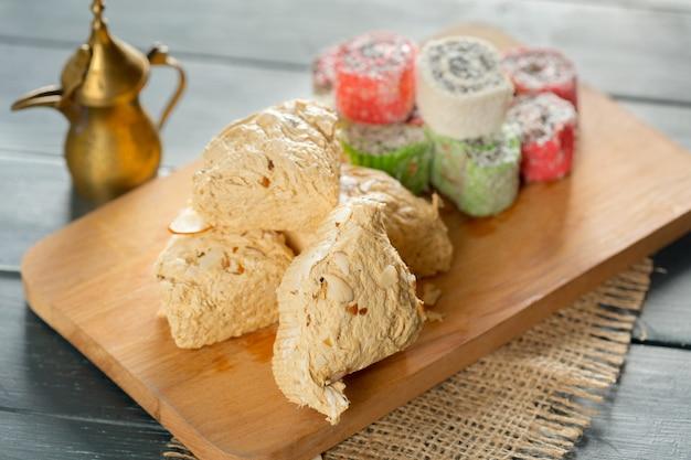 Desserts orientaux traditionnels sur fond en bois