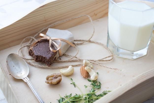 Des desserts raw sains. concept sain barres naturelles douces et utiles.