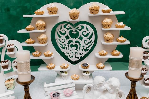 Les desserts sont sur un stand en forme de coeur