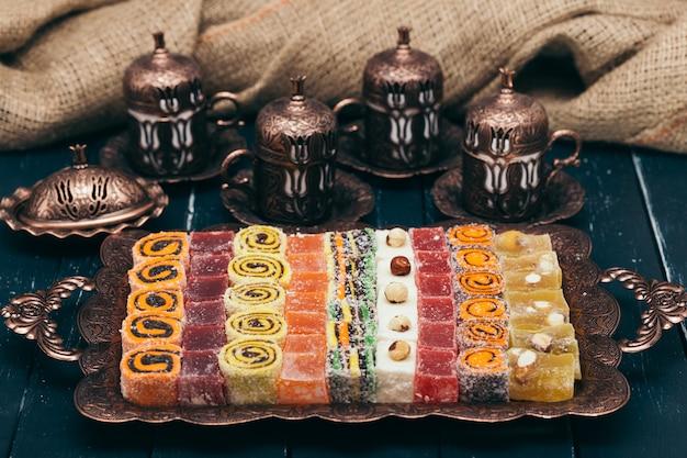 Desserts traditionnels orientaux sur bois