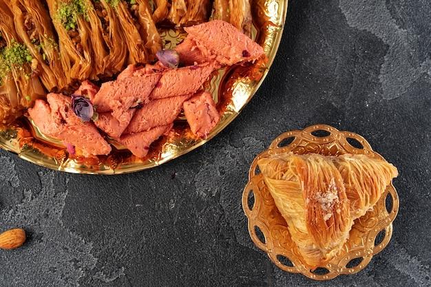 Desserts turcs sur fond de bois se bouchent