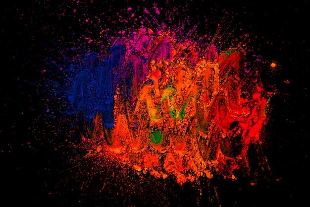 Dessin abstrait sur des couleurs de rangoli sur une surface sombre