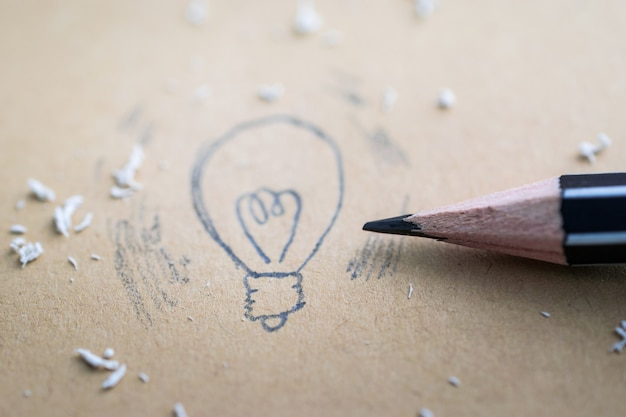 Dessin d'une ampoule de dessin animé avec un crayon