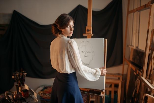 Dessin d'artiste féminin mignon en studio