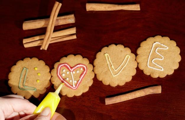 Dessin sur des biscuits au gingembre.