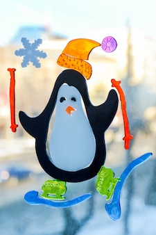 Dessin coloré pour enfants sur la fenêtre dédiée aux vacances du nouvel an