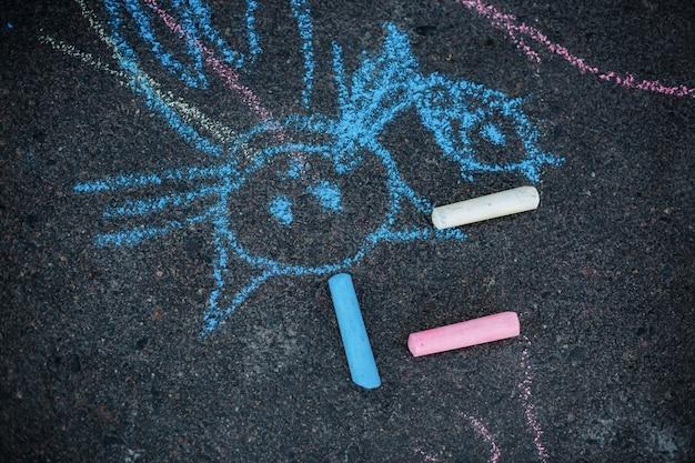 Dessin d'une craie de chat sur l'asphalte