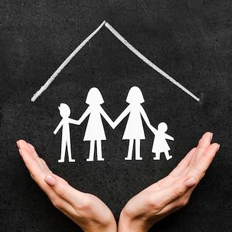 Dessin à la craie avec le concept de famille sur tableau noir