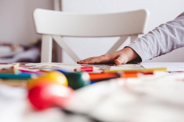 Dessin d'enfant avec des crayons colorés