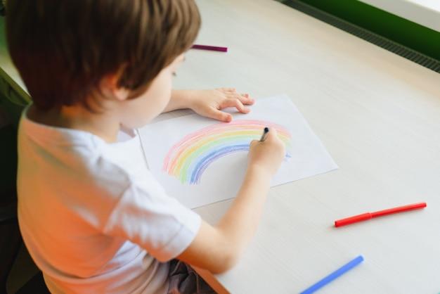 Dessin d'enfant représentant un arc-en-ciel coloré