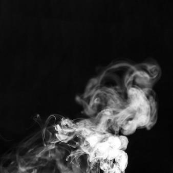 Dessin de fumée blanche et douce sur fond noir
