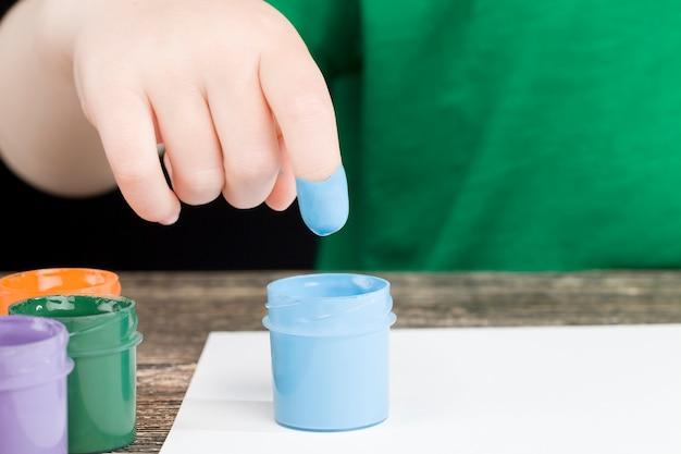 Dessin sur papier à l'aide des mains
