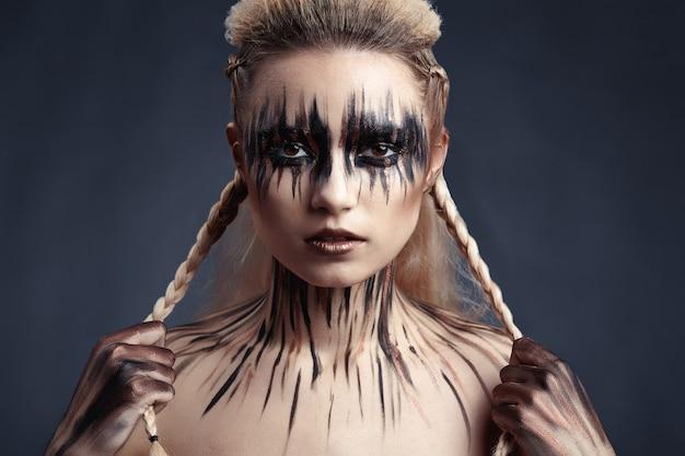 Dessin de peinture sur le visage et le corps de la femme