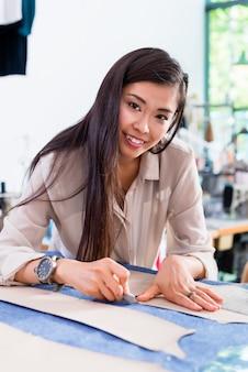 Dessinatrice de mode femme asiatique modèle coupé