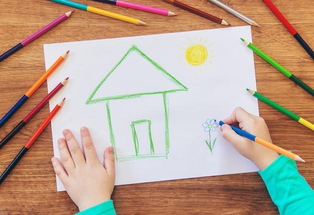 Dessine la famille de la maison de l'enfant. mise au point sélective.