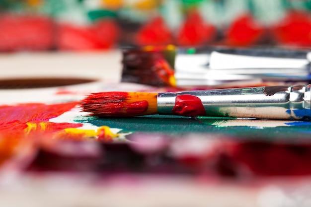Dessiner à l'aide de peinture acrylique