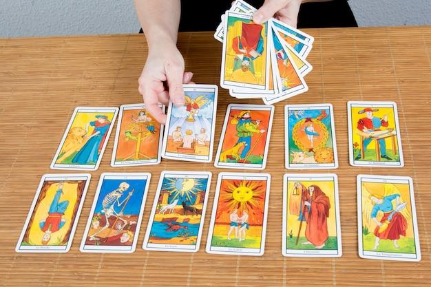 Dessiner le tarot, un équipement de voyance pour la bonne aventure, le concept de divination