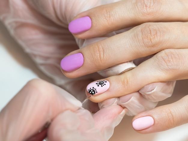 Dessiner sur vos ongles. manucure créative avec coronavirus peint sur les ongles, soft focus, gros plan