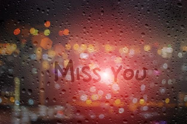 Dessinez vous manquez sur la fenêtre au fond de la nuit