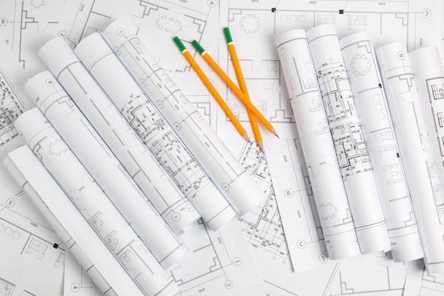 Dessins d'architecture en papier, plan et un crayon. plan d'ingénierie