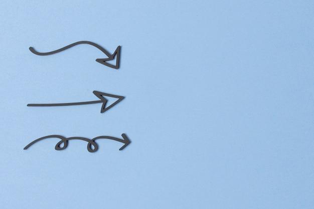 Dessins de flèche de marqueur sur fond bleu